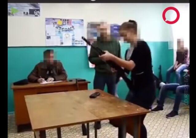 التدريب على فك وتركيب سلاح كلاشينكوف في روسيا