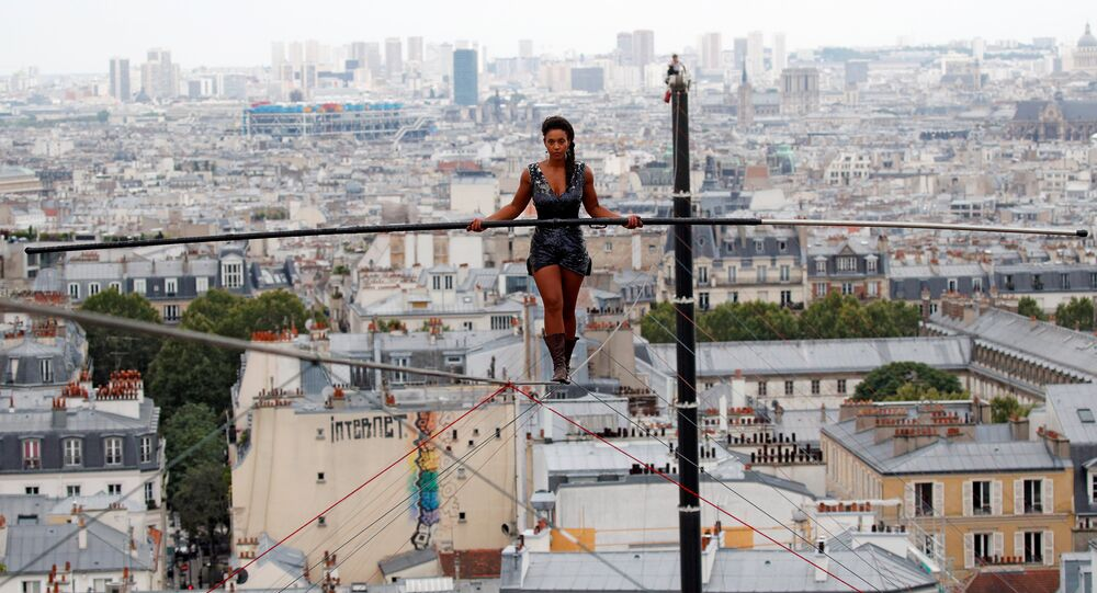 فرنسية تمشي على حبل