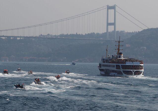 المشاركون في مسابقة للسابحة عبر مضيق البوسفور (Bosporus Cross-Continental Swimming Race) في إسطنبول، تركيا 22 يوليو/ تموز 2018
