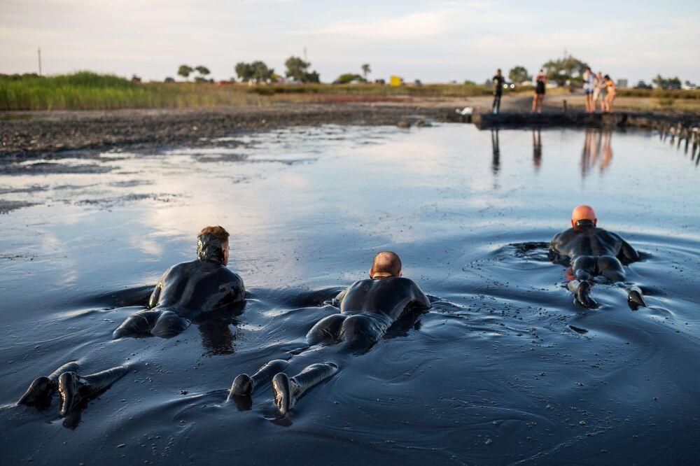 الاستحمام في وحل بحيرة تشوكراكسكوي، القرم