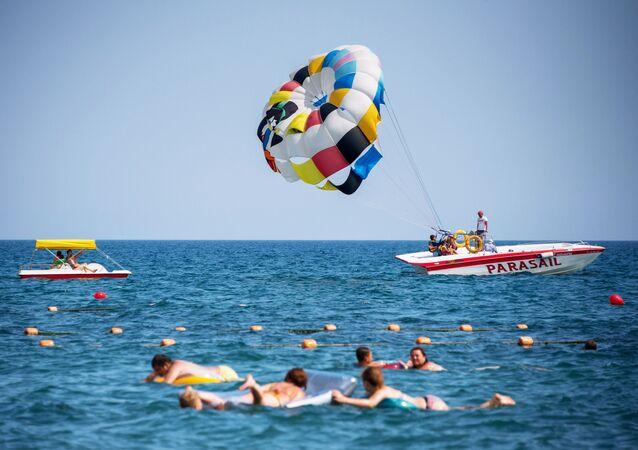 مصطافون على شاطئ البحر الأسود في سوداك، القرم