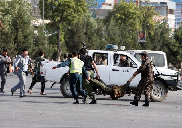 الشرطة الإفغانية تحمل جريح من موقع انفجار في كابول، 22 يوليو/تموز 2018