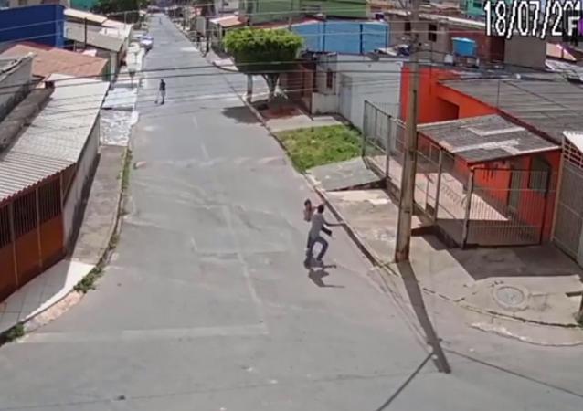 طالبة شجاعة تدافع عن نفسها بحركات قتالية واللص يهرب خائفا (فيديو)