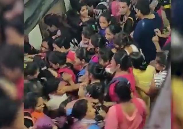 آلاف الأشخاص يسحقون بعضهم في مترو بالهند