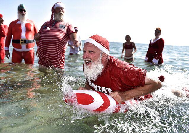 أشخاص يرتدون زي بابا نويل يشاركون في مسابقة للسباحة  سانتا كلوز العالمي على شاطئ بيليفو بالقرب من كوبنهاجن، كلامنبورغ، الدنمارك 24 يوليو/ تموز 2018
