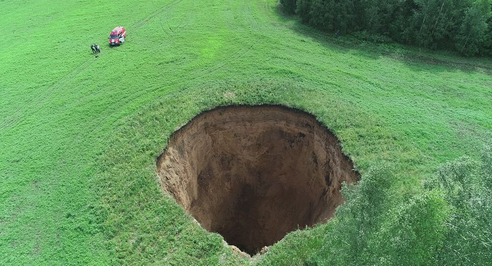 حفرة أسطوانية ضخمة، قطرها 32 متراً، وعمقها 50 متراً، في حقل للمزارعين في منطقة شاتكوفسكي في منطقة نيجني نوفغورود، روسيا