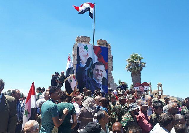 الجيش السوري يحتفل مع الأهالي برفع العلم فوق مدينة القنيطرة
