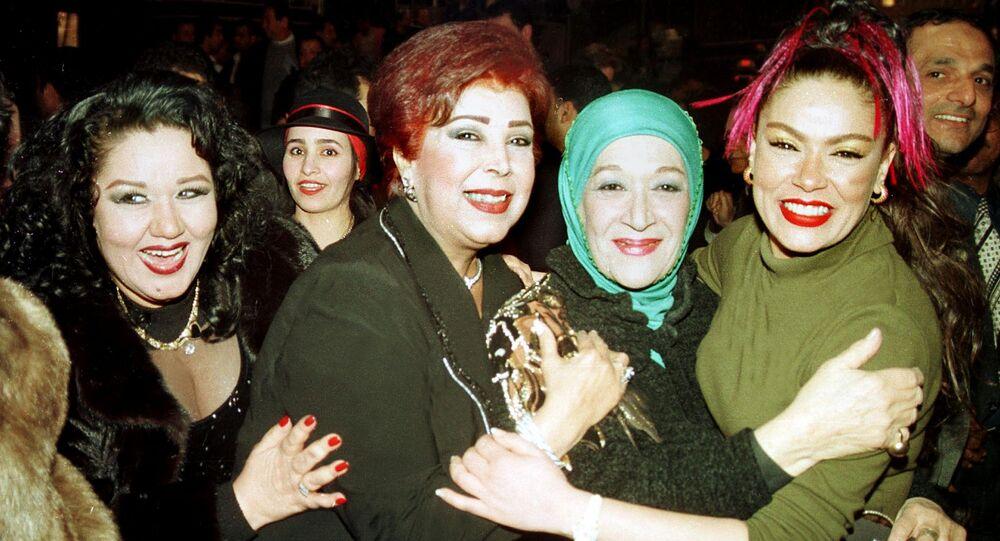 من اليسار إلى اليمين... الممثلات المصريات هياتم، رجاء الجداوي، هدى سلطان، ولوسي، في القاهرة في 31 كانون الثاني/ يناير 2001. عندما نظمت وزارة الإعلام مأدبة عشاء لتكريم الممثلين الذين شاركوا في مسلسل تلفزيوني خلال شهر رمضان