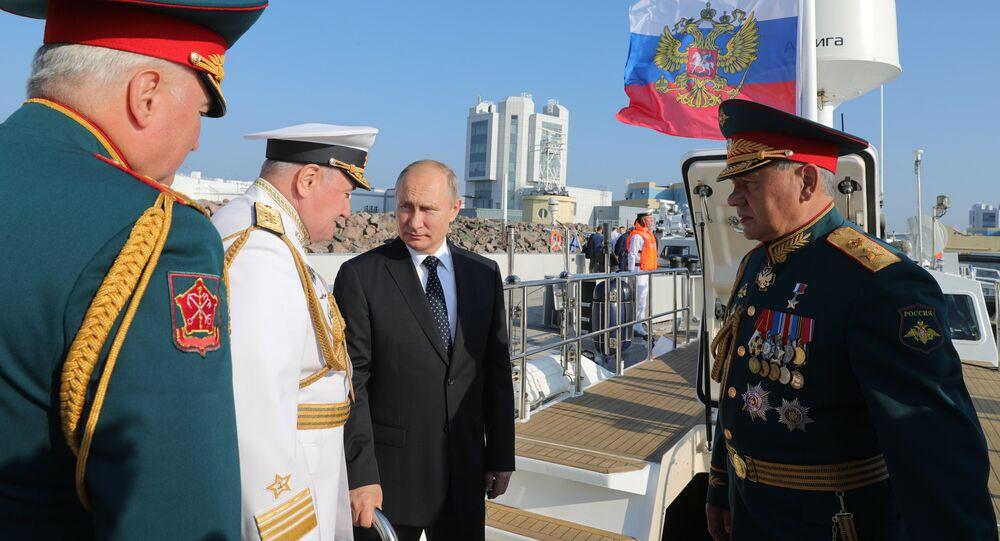 بوتين خلال العرض العسكري بمناسبة عيد البحرية الروسية في سان بطرسبورغ
