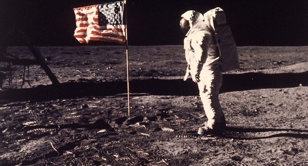 نيل أرمسترونج على سطح القمر