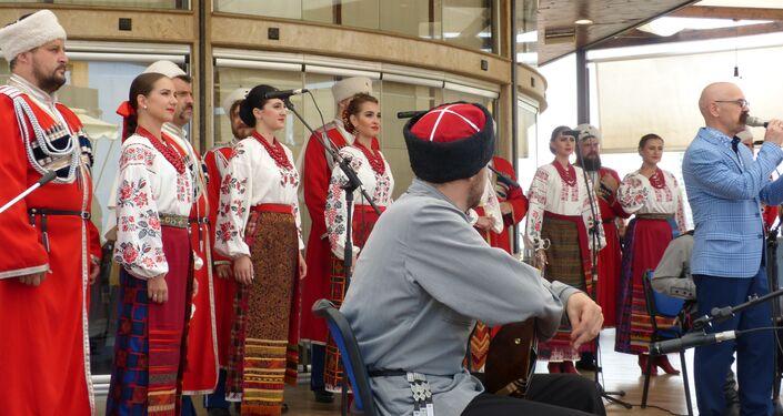 حسناوات روسيا يغنين النصر في يوم البحرية الروسي بقاعدة طرطوس