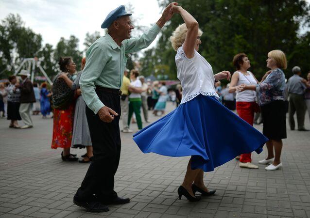 كبار السن يرقصون في حديقة بيريزوفايا روشا في نوفوسيبيرسك الروسية
