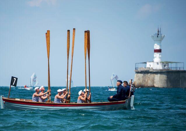 جنود أسطول البحر الأسود خلال السباق على متن قارب يال 6 استعدادًا للاحتفال بيوم البحرية الروسية في سيفاستوبول، القرم