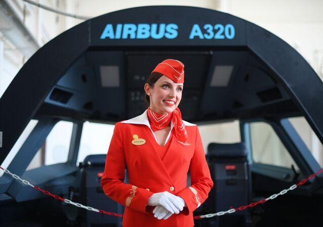 سفيتلانا أوبلومسكايا، المدربة المرشدة في شركة آيروفلوت للطيران خلال تقديم إرشادات حول عملية الإنقاذ بحر-بر
