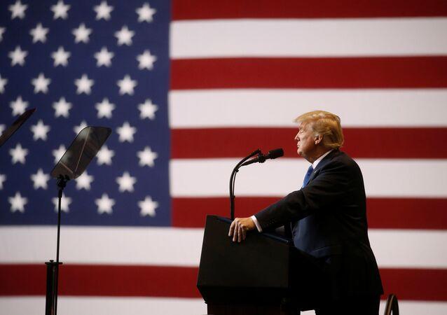 الرئيس الأمريكي دونالد ترامب على خلفية علم الولايات المتحدة