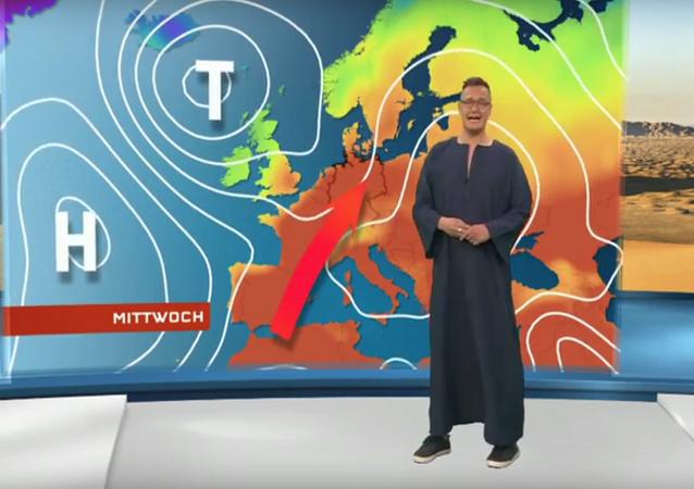 مذيع ألماني وهو يرتدي جلابية خلال إذاعته النشرة الجوية