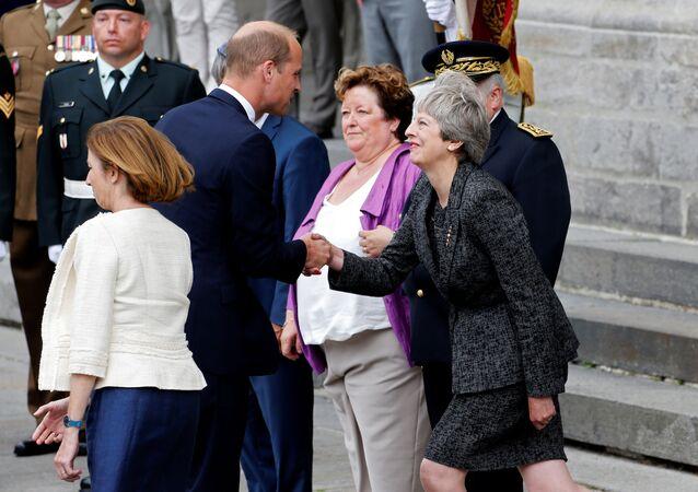 تيريزا ماي تلقي التحية على الأمير وليام ، أثناء إحياء الذكرى المئوية لـ معركة أميان
