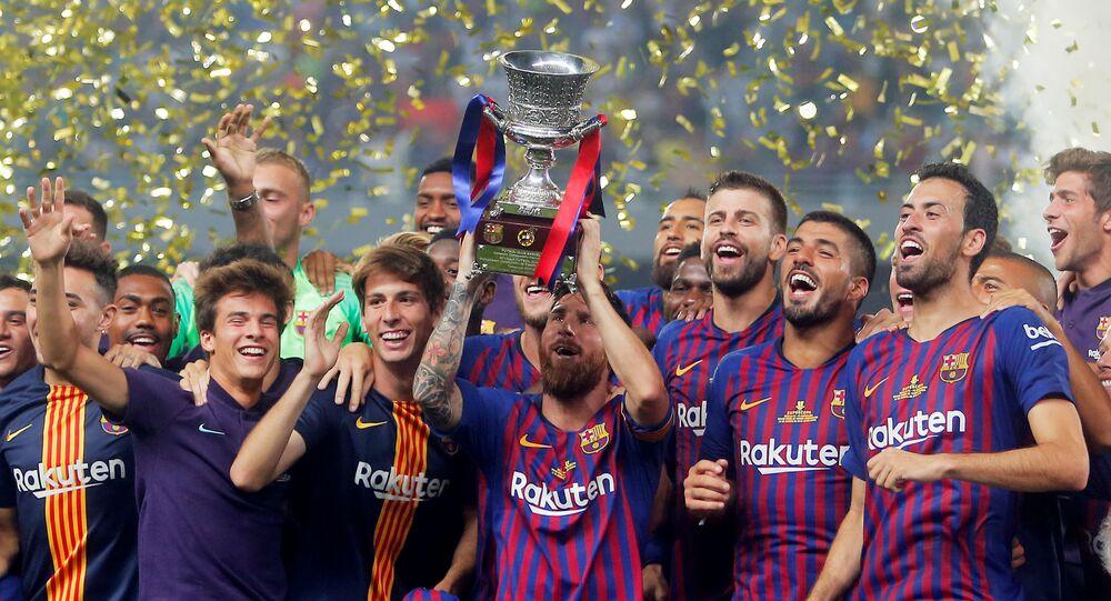 ميسي يرفع كأس السوبر كقائد لبرشلونة
