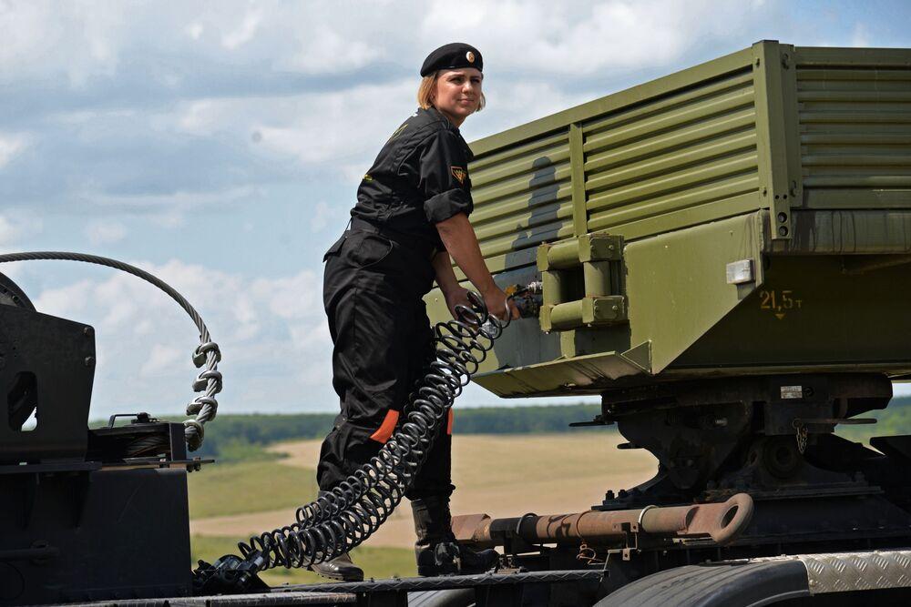 فريق النساء العسكري من روسيا خلال سباق خبراء الآليات المدرعة في إطار مسابقة الألعاب العسكرية الدولية أرمي -2018  (الجيش - 2018) في أوستروغوجسك في فورونيج الروسية