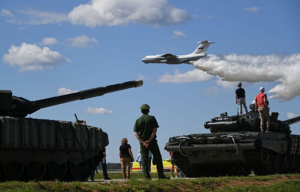 طائرات إيل-76 إم دي في سباق بياتلون الدبابات - 2018 في إطار مسابقة الألعاب العسكرية الدولية أرمي -2018  (الجيش - 2018) في حقل ألابينو بضواحي موسكو