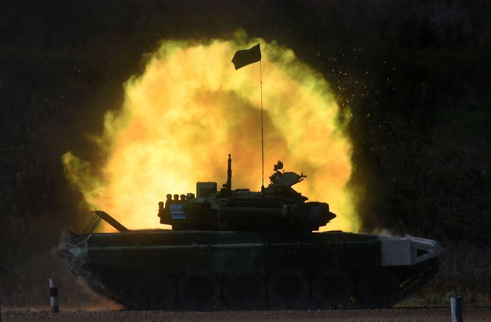 فريق من كازاخستان في سباق بياتلون الدبابات - 2018 في إطار مسابقة الألعاب العسكرية الدولية أرمي -2018  (الجيش - 2018) في حقل ألابينو بضواحي موسكو