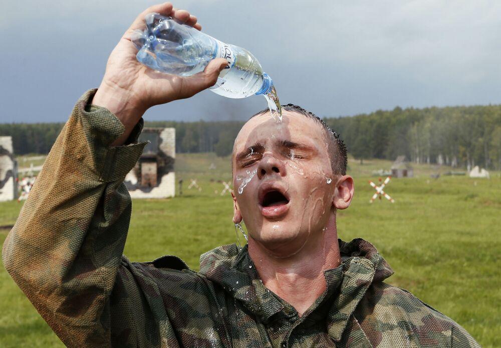 جندي روسي بعد سباق البيئة الآمنة في إطار مسابقة الألعاب العسكرية الدولية أرمي -2018  (الجيش - 2018) في ياروسلافل