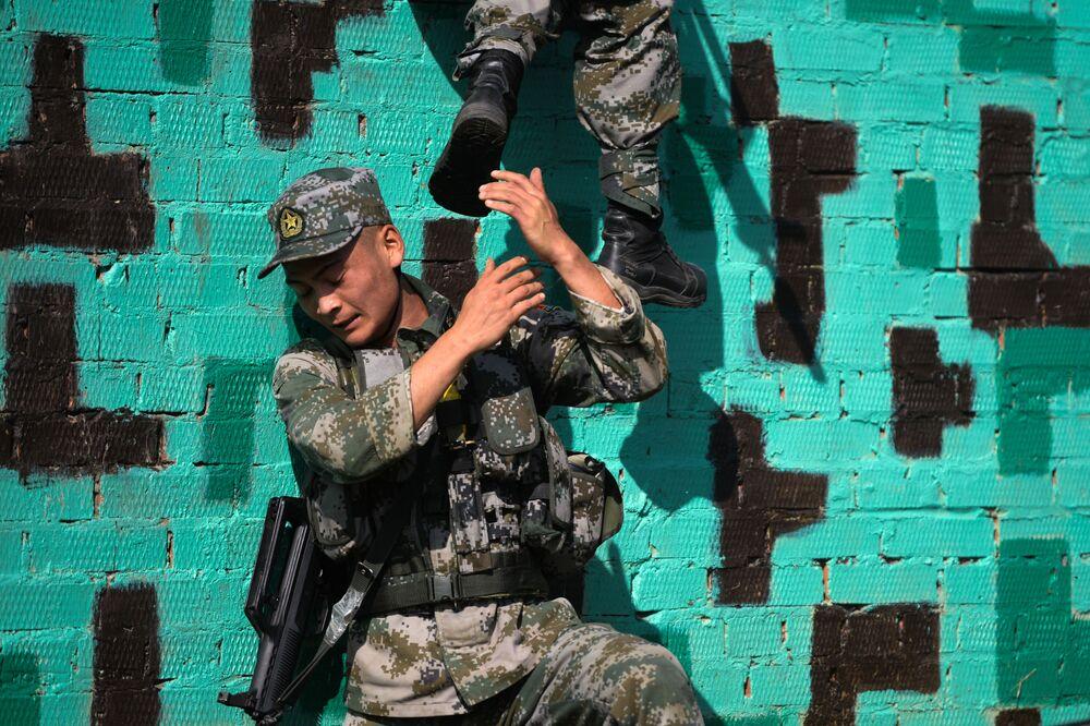 عسكريون من الصين في سباق طريق جندي الاستطلاع في إطار مسابقة الألعاب العسكرية الدولية أرمي -2018  (الجيش - 2018) في نوفوسيبيرسك