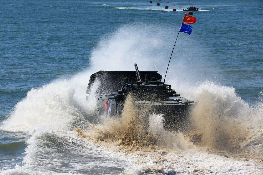 فريق عسكري من الصين في سباق الإنزال البحري في إطار مسابقة الألعاب العسكرية الدولية أرمي -2018  (الجيش - 2018) في الصين