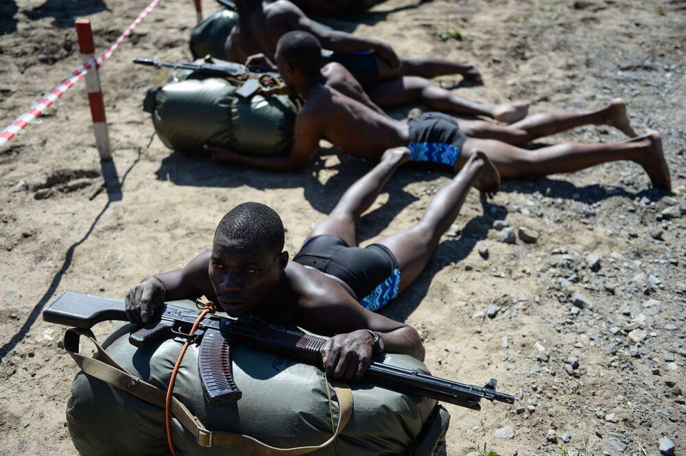 فريق القوات العسكرية من زيمبابوي في سباق خروج فريق الاستطلاع بعد تنفيذ المهمة في إطار مسابقة الألعاب العسكرية الدولية أرمي -2018  (الجيش - 2018)