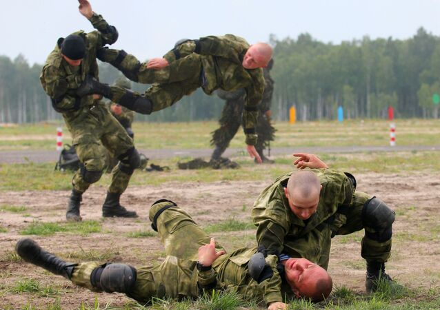 فريق من بيلاروسيا خلال مسابقة القناصة في إطار مسابقة الألعاب العسكرية الدولية أرمي -2018  (الجيش - 2018) في حقل بريتسكي في بيلاروسيا