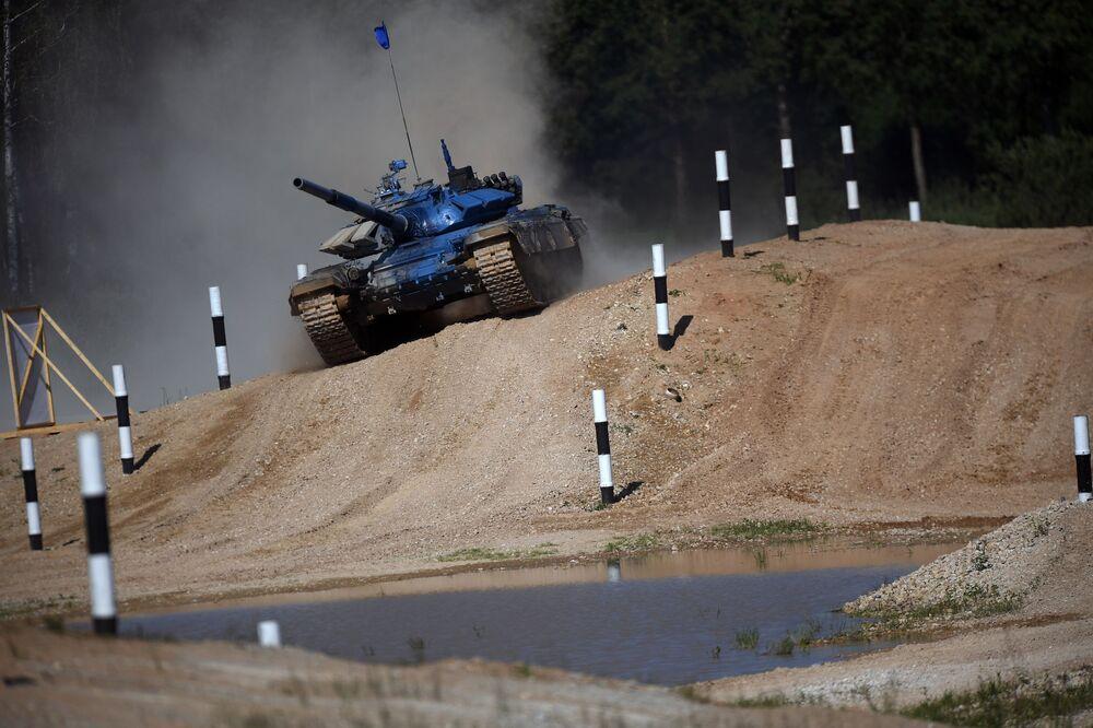 دبابة فريق روسيا بياتلون الدبابات - 2018 في إطار الألعاب العسكرية الدولية أرمي -2018  (الجيش - 2018) في حقل ألابينو بضواحي موسكو
