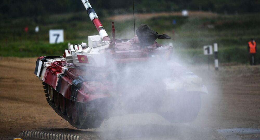 دبابة فريق قرغيزستان خلال مسابقة بياتلون الدبابات - 2018 في إطار الألعاب العسكرية الدولية أرمي -2018  (الجيش - 2018) في حقل ألابينو بضواحي موسكو