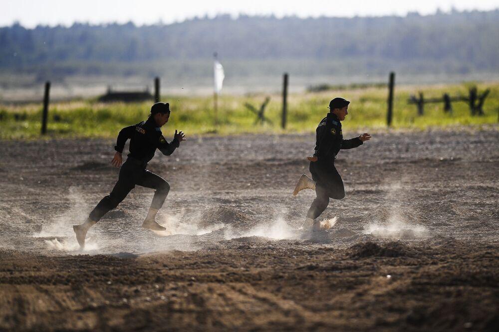 الفريق العسكري من كازاخستان في نهائي مسابقة بياتلون الدبابات - 2018 في إطار الألعاب العسكرية الدولية أرمي -2018  (الجيش - 2018) في حقل ألابينو بضواحي موسكو