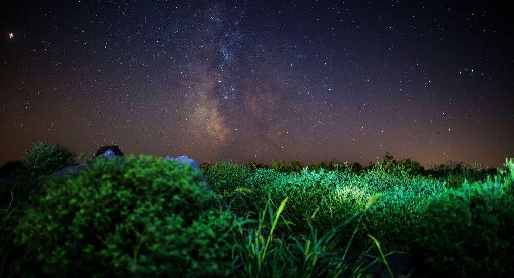 سماء مليئة بالنجوم في إقليم كراسنودارسكي كراي في روسيا أثناء مطر النيازك شهب البرشاويات