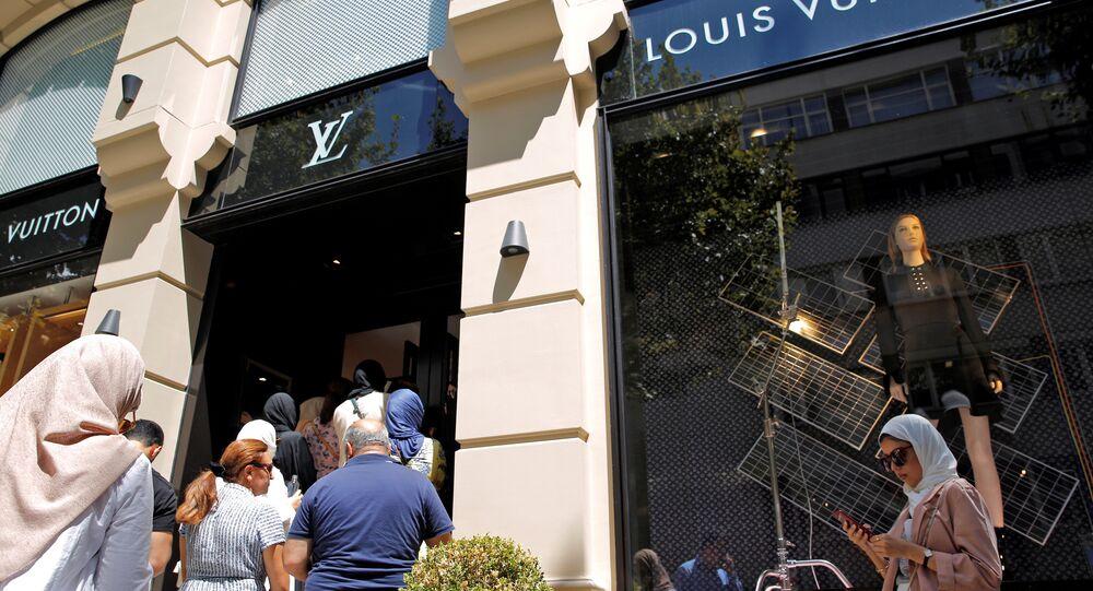 سياح يصطفون امام متجر للعلامات الثمينة في تركيا بعد انخفاض قيمة الليرة التركية