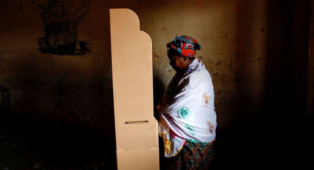 سيدة تدلي بصوتها في انتخابات مالي
