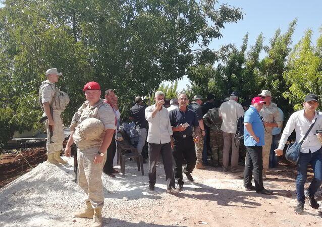 صحفيون روس وأجانب يزورن خطاب و أرزة في ريف حماة ويستمعون لتفاصيل المجازر التي ضربتهما