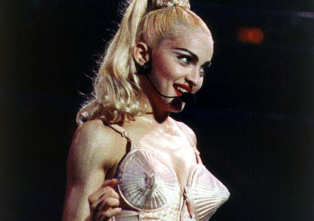 المغنية الأمريكية مادونا خلال حفل غنائي في فيلادلفيا، الولايات المتحدة، 1990