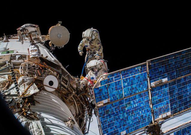 رائدا الفضاء الروسيات أوليغ أرتيوموف وسيرغي بروكوبيوف خلال خروجهما إلى الفضاء الخارجي
