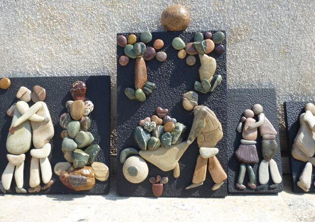 سوري يرسم -بالحجارة- لوحات إنسانية عن حياة الحرب