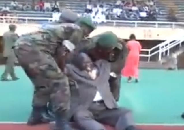 سقوط مروع لوزير الرياضة في الكونغو أثناء إعطائه الإشارة لانطلاق المباراة