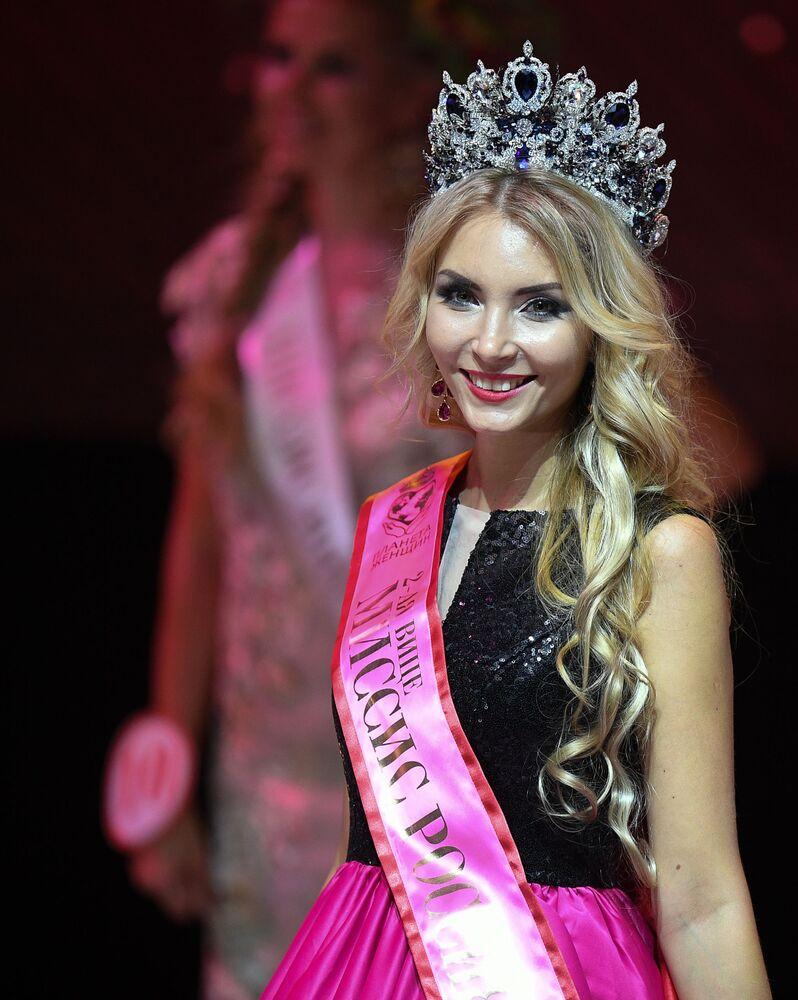 يفغينيا بورلو (غلينجيك) خلال نهائي مسابقة ملكة جمال روسيا لعام 2018 في موسكو