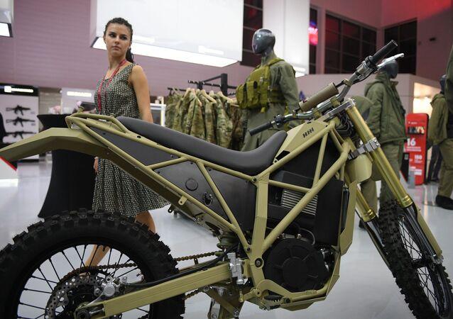 دراجة نارية كهربائية إج بولسار في معرض  الانتاج المتطور لـ كلاشنيكوف في إطار المنتدى الفني العسكري الدولي الرابع آرميا 2018