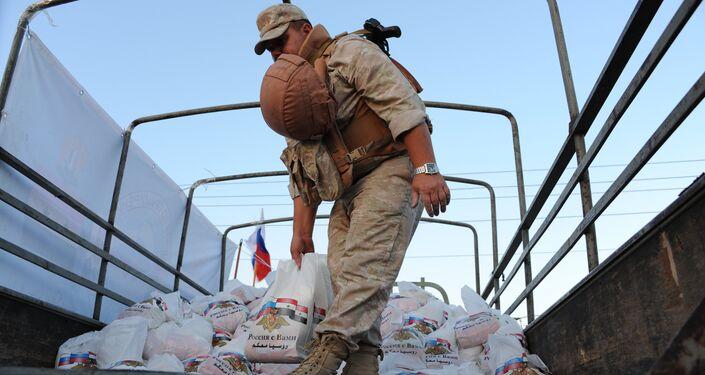 العسكريون الروس يوزعون المساعدات الإنسانية على المدنيين السوريين
