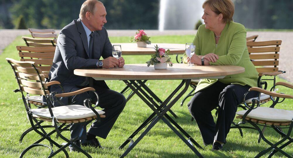 الرئيس الروسي فلاديمير بوتين والمستشارة الألمانية أنجيلا ميركل خلا للقائهما في المقر الرئاسي في ميزبيرغ، ألمانيا 18 أغسطس/ آب 2018