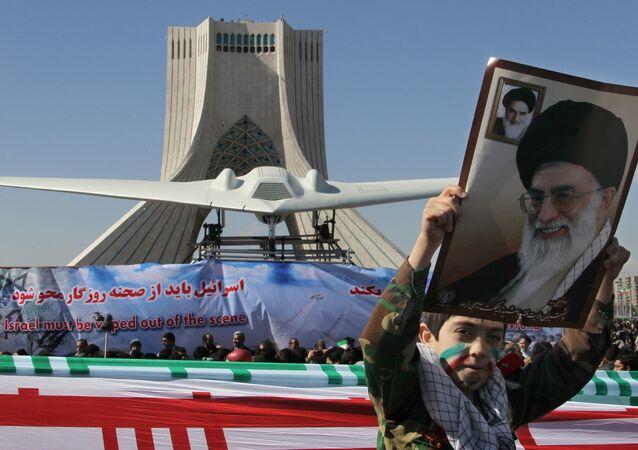 فتى إيراني أمام طائرة أمريكية مختطفة