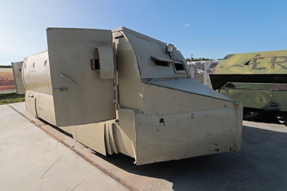 سيارة نقل مدرعة (ISUZU ELF) في معرض الأسلحة التي تم حجزها من المسلحين في سوريا، كجزء من المنتدى الفني العسكري الدولي الرابع أرمي 2018 (الجيش 2018) في كوبينكا