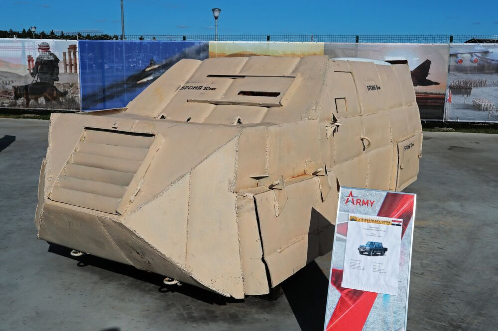 سيارة تويوتا لاند كروزر مدرعة  في معرض الأسلحة التي تم حجزها من المسلحين في سوريا، كجزء من المنتدى الفني العسكري الدولي الرابع أرمي 2018 (الجيش 2018) في كوبينكا