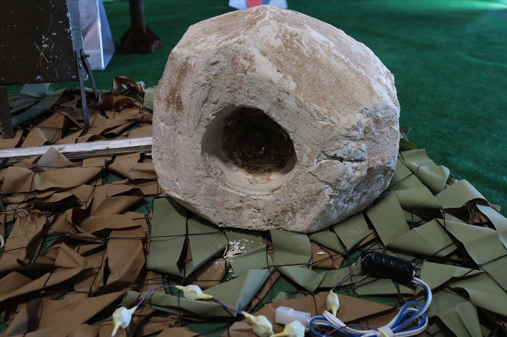 لغم محلي الصنع في معرض الأسلحة التي تم حجزها من المسلحين في سوريا، كجزء من المنتدى الفني العسكري الدولي الرابع أرمي 2018 (الجيش 2018) في كوبينكا