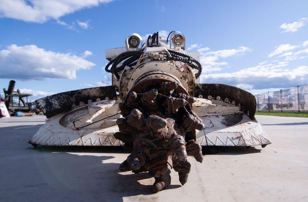 آلة لبناء الأنفاق تحت الأرض في معرض الأسلحة التي تم حجزها من المسلحين في سوريا، كجزء من المنتدى الفني العسكري الدولي الرابع أرمي 2018 (الجيش 2018) في كوبينكا